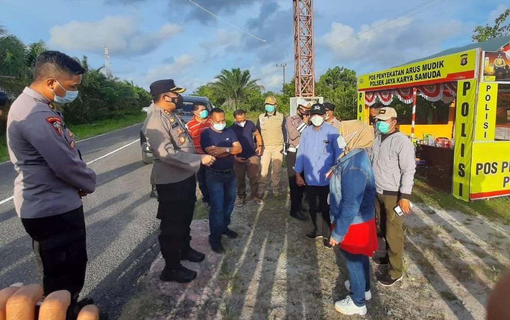Kapolres Kotim, AKBP Abdoel Harris Jakin bersama Wakil Bupati Kotim, Irawati saat memantau lokasi pengamanan Pantai Ujung Pandaran.