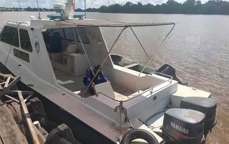 Personel Polairud Polres Seruyan saat melakukan pemeliharaan rutin  kapal polisi