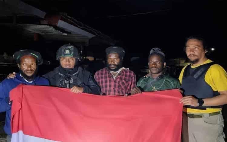 Tiga anggota KKB kelompok Lekagak Telenggen, Sabtu (15/5) menyerahkan diri ke Satgas Pamtas Yonif 715/MTL di kampung Tanah Merah, Kabupaten Puncak