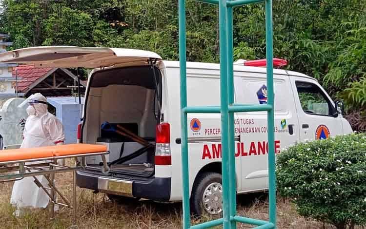 Petugas pemakaman dari Satgas Covid-19 usai memakamkan pasien covid-19 yang meninggal
