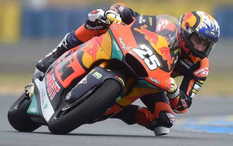 Pebalap tim Red Bull KTM Ajo Raul Fernandez menjalani babak kualifikasi Grand Prix Moto2 Prancis di Sirkuit Bugatti, Le Mans. (15/5/2021)