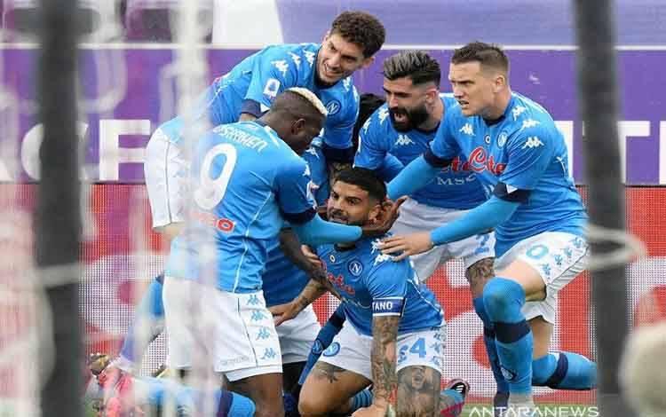 Kapten Napoli Lorenzo Insigne (tengah bawah) melakukan selebrasi bersama rekan-rekannya seusai mencetak gol pembuka keunggulan atas Fiorentina dalam lanjutan Liga Italia di Stadion Artemio Franchi, Firenze, Italia, Minggu (16/5/2021)