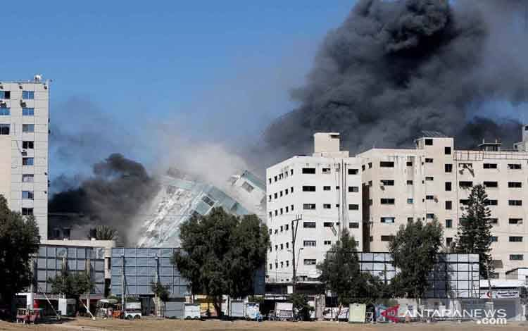 Gedung Al-Jalaa yang menampung kantor media Associated Press (AP) dan Al Jazeera runtuh setelah serangan udara Israel di Kota Gaza, Sabtu (15-5-2021)