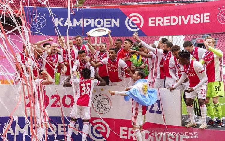 Foto arsip - Para pemain Ajax melakukan selebrasi dalam seremoni penyerahan trofi Liga Belanda seusai mengunci gelar juara musim 2020/21 dengan menundukkan Emmen di Stadion Johan Cruijff Arena, Amsterdam, Belanda, Minggu (2/5/2021). (ANTARA/REUTERS/SIPA USA/PRO SHOTS)