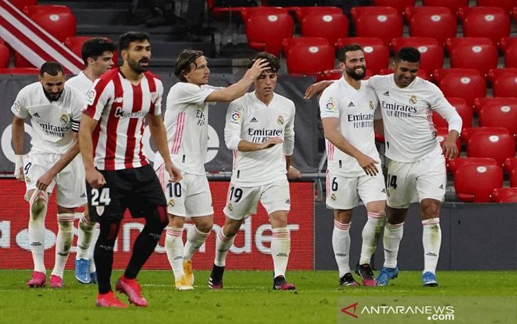 Para pemain Real Madrid melakukan selebrasi gol Nacho dalam pertandingan Liga Spanyol lawan Athletic Bilbao di San Mames, Bilbao, Spanyol, Minggu (16/5/2021) REUTERS/VINCENT WEST)