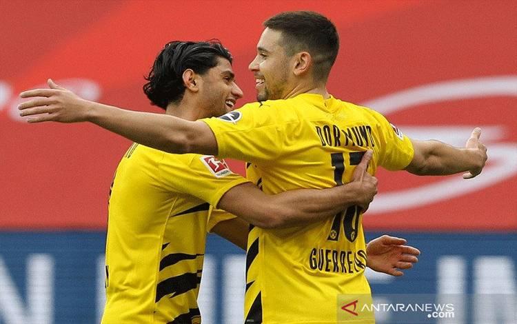 Bek sayap Borussia Dortmund Raphael Guerreiro (kanan) melakukan selebrasi bersama Mahmoud Dahoud dalam lanjutan Liga Jerman di Stadion Opel Arena, Mainz, Jerman, Minggu (16/5/2021) waktu setempat. (ANTARA/REUTERS/POOL/Daniel Roland)