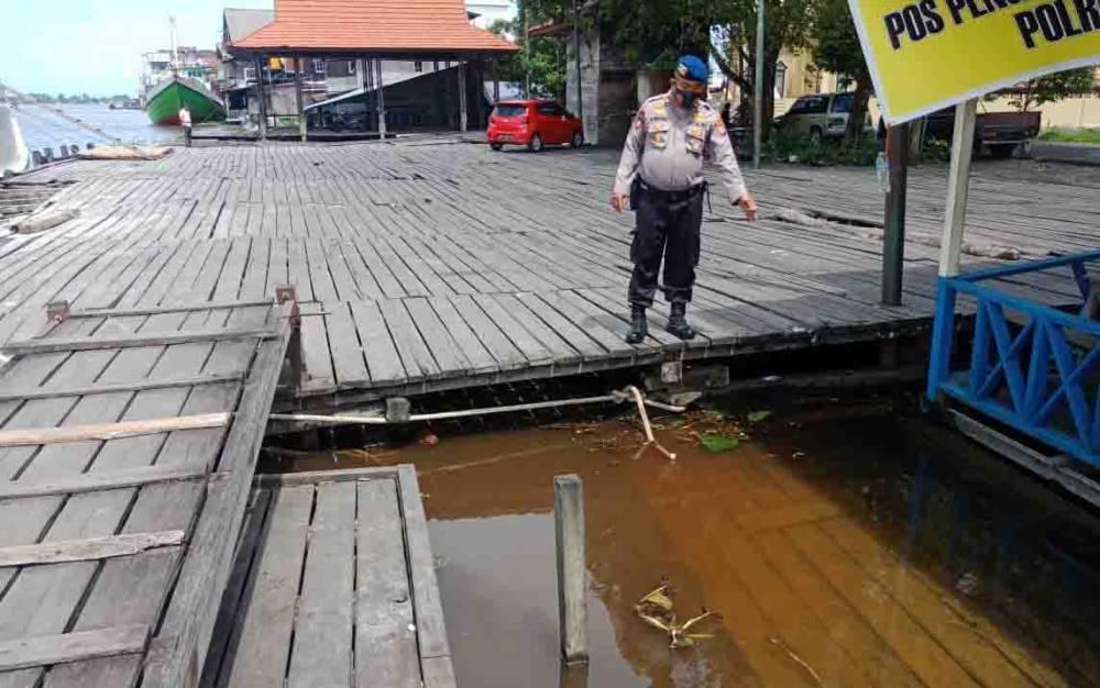 Kasatpolairud Iptu Slamet Widodo memantau langsung kondisi debit air Sungai Seruyan