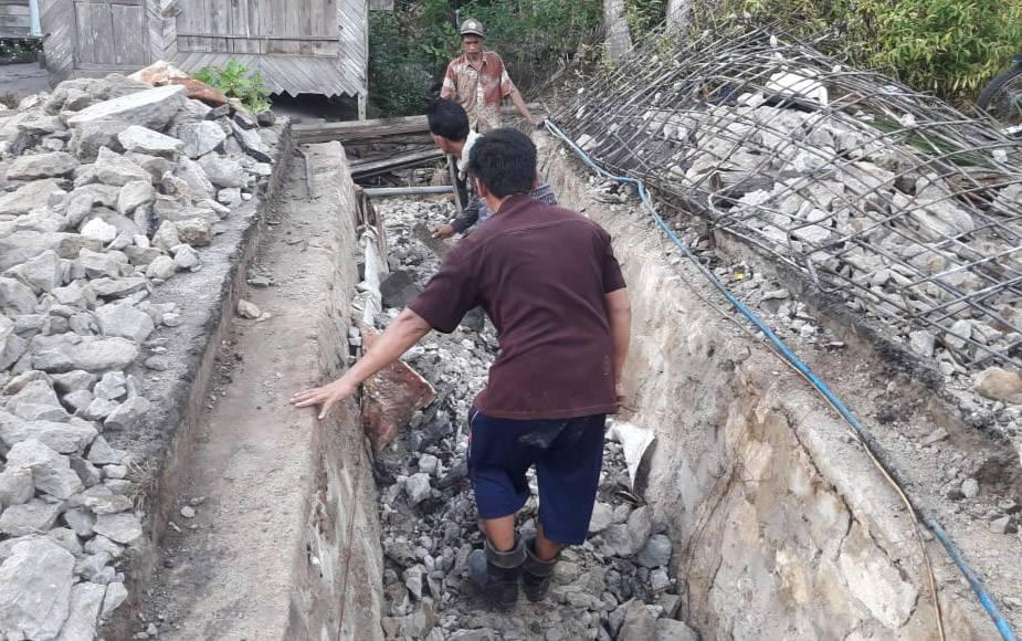 Pekerja mulai memperbaiki box culvert yang rusak di RT 01 Desa Telang, Kecamatan Paju Epat.