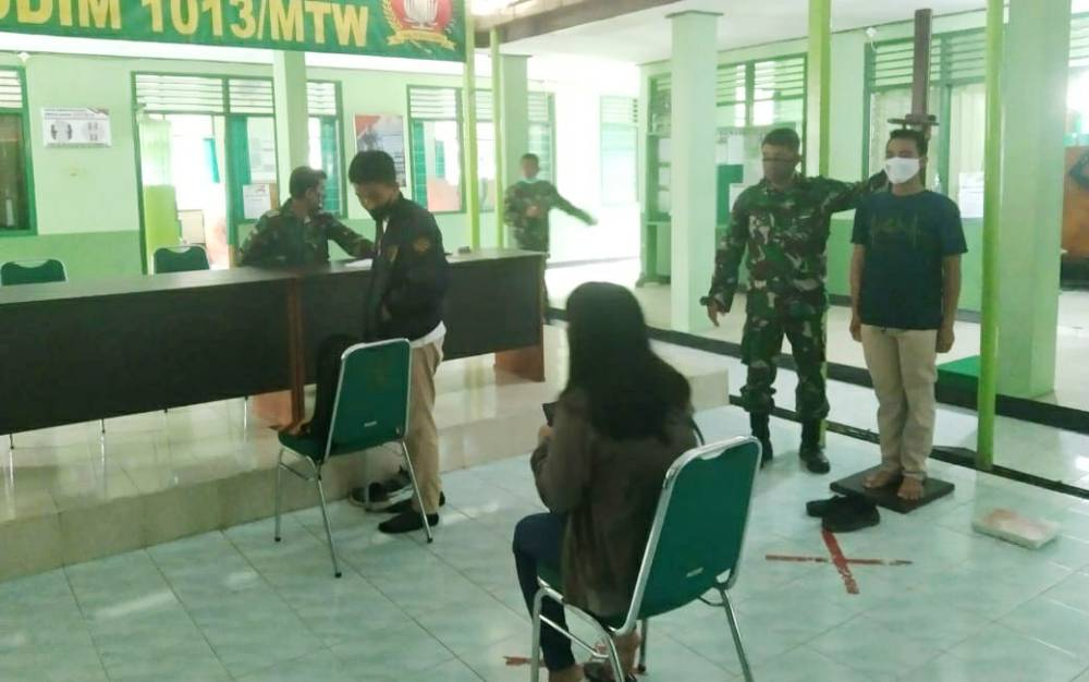 Peserta saat mengikuti pemeriksaan dan pemenuhan syarat seleksi calon Bintara PK TNI AD di Kodim 1013 Muara Teweh, Senin, 17 Mei 2021.