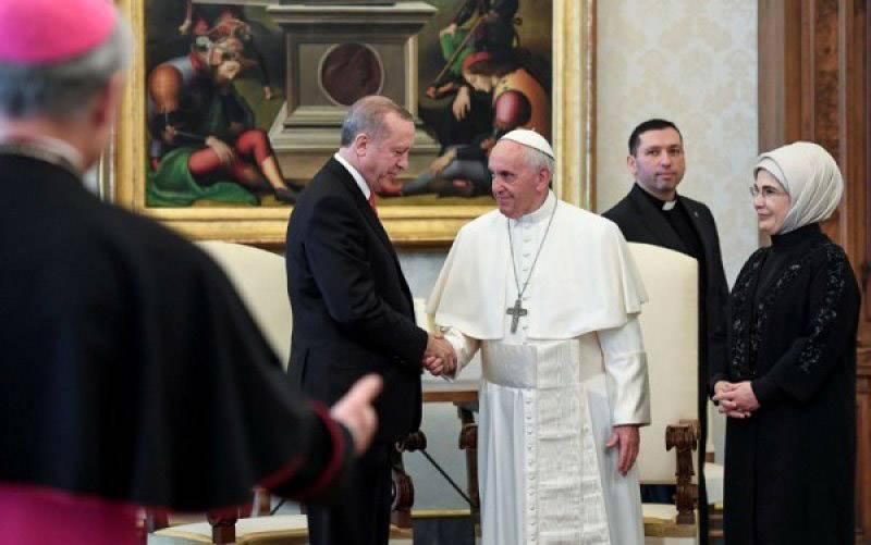 Paus Francis menyambut Presiden Turki Tayyip Erdogan dan istrinya Emine dalam sebuah pertemuan privat di Vatikan, Senin (5/2/2018). (foto : REUTERS/Alessandro Di Meo)