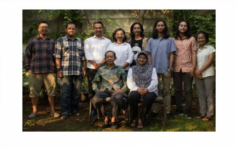 """Penulis novel populer """"Ali Topan Anak Jalanan"""", Teguh Esha bersama keluarganya. (ANTARA/HO)"""