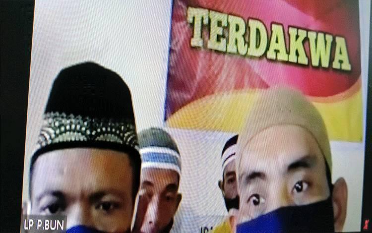 Terdakwa kasus pencurian Herman Jayadi alias Man, Raymollah MA Achmad alias Mul, Amirudin alias Daeng, dan Saiful Mardi alias Ipul.