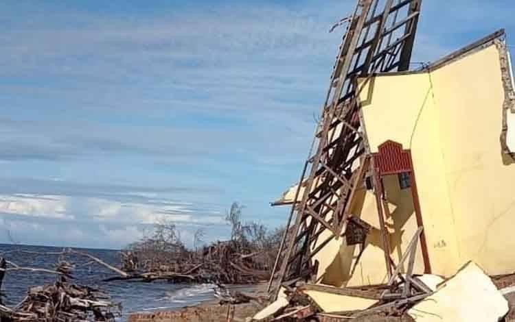 Musala di Dekat Kubah Pantai Ujung Pandaran Roboh Akibat Abrasi