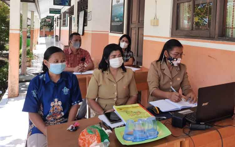 Kepala SLBN Kuala Kurun Martha (kanan) bersama Pengawas SMA/SMK/LB Dinas Pendidikan Provinsi Kalteng untuk wilayah Kabupaten Gumas, Serie (tengah) dan lainnya mengikuti zoom meeting terkait FLS2N ABK tingkat Provinsi Kalteng, Selasa 18 Mei 2021