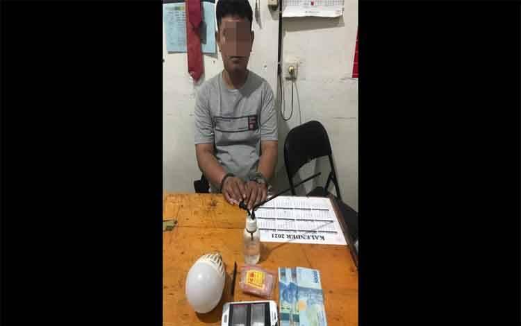 Pria yang diringkus polisi bersama sejumlah barang bukti, saat diperiksa di Polres Kotim