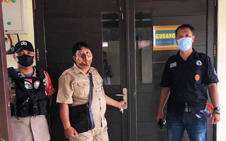 Personel Polresta Palangka Raya bersama tenaga kesehatan melaksanakan pengamanan