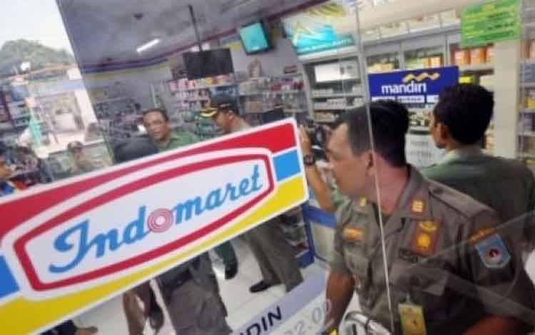Sejumlah Satpol PP melakukan penyegelan salah satu gerai/outlet supermarket Indomaret karena tidak memiliki izin usaha toko moderen