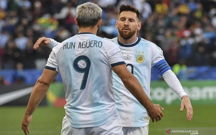 Sergio Aguero (kiri) dan Lionel Messi sudah bermain bersama sejak membela timnas Argentina di level junior. (ANTARA/AFP/Nelson Almeida)