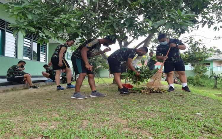 Prajurit Kodim 1013 Muara Teweh melakukan pembersihan lingkungan, Jumat 21 Mei 2021