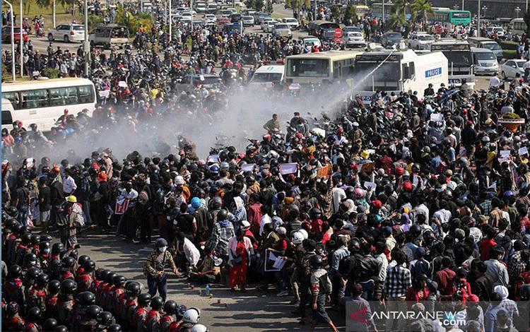 Polisi menyemprotkan kanon air ke arah pengunjuk rasa yang berdemonstrasi atas kup dan menuntut dibebaskannya pemimpin terpilih Aung San Suu Kyi, Naypyitaw, Myanmar, Senin (8/2/2021). ANTARA FOTO/REUTERS/Stringer/foc/cfo/aa. (REUTERS/STRINGER)
