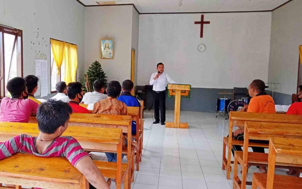 Kegiatan kerohanian bagi warga binaan Rutan Tamiang Layang beragama Kristen.