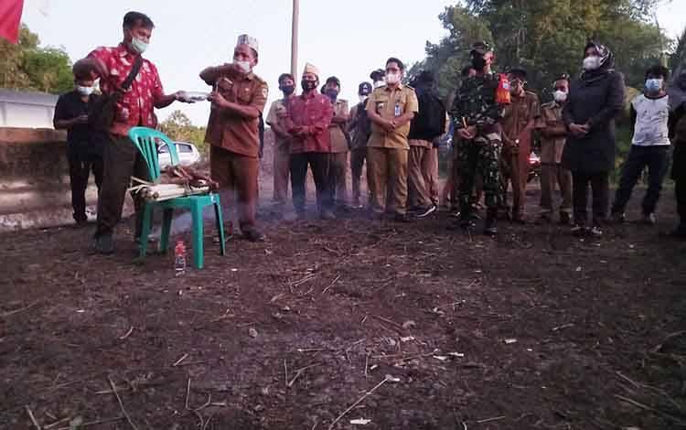 Proses doa bersama dan ritual adat sebelum dilaksanakan pra TMMD ke 111 Kodim 1013 Muara Teweh