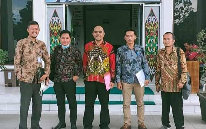 Penasehat Hukum PPDI Barito Timur saat menyampaikan berkas gugatan di PTUN Palangka Raya.