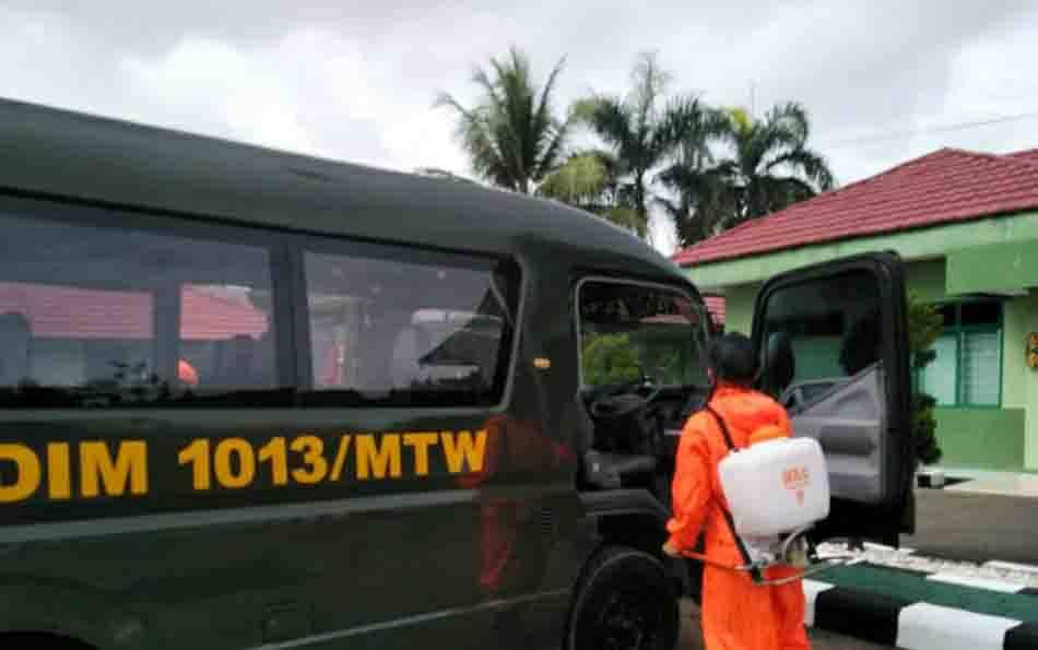 Kendaraan Dinas Kodim 1013 Muara Teweh saat disemprot disinfektan.
