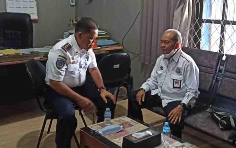 Kepala Bappeda Kotim Marjuki saat berkoordinasi dengan Plt Kadishub Kotim Siagano, terkait peningkatan PAD dari sektor uji KIR kendaraan.