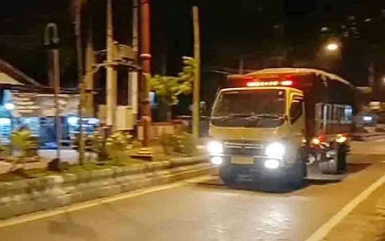 Angkutan batubara melintas di depan rumah jabatan bupati di kota Tamiang Layang.