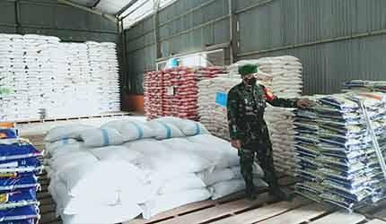 Babinsa Koramil 1013-03 Teweh Tengah, Serda Sugianor melakukan pengecekan di gudang beras milik Bulog Muara Teweh, Senin, 7 Juni 2021.