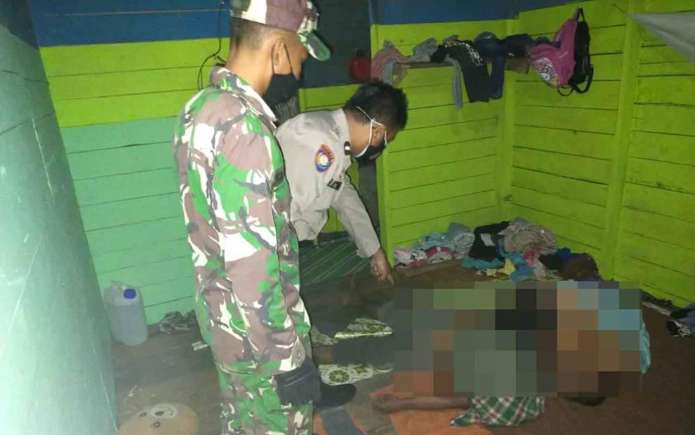 Petugas saat mengevakuasi korban bunuh diri di Kelurahan Pangkut, Kecamatan Arut Utara, Senin malam, 7 Juni 2021.