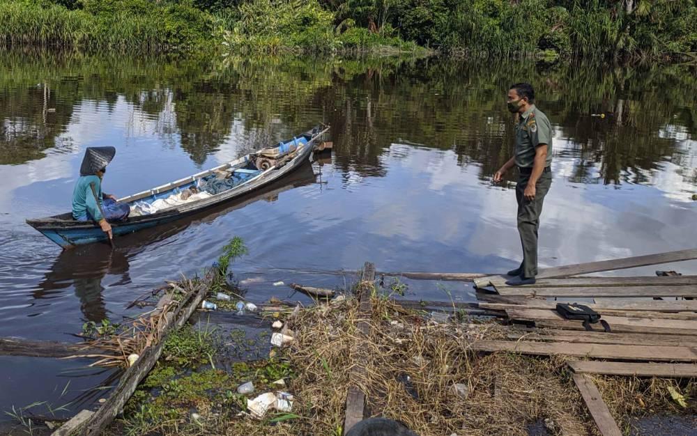 Komandan BKSDA Pos Jaga Sampit Muriansyah ke lokasi serangan buaya di Desa Sungai Paring.