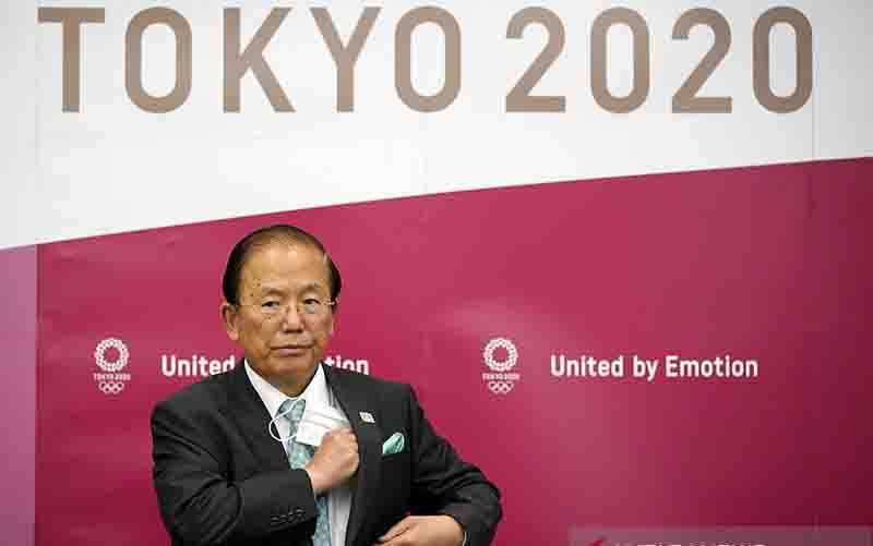 Toshiro Muto, CEO Komite Penyelenggara Olimpiade dan Paralimpiade Tokyo 2020 terlihat menyimpan masker di sakunya jelang konferensi pers di Tokyo, Jepang (10/6/2020). (foto : ANTARA/AFP/Pool/Franck Robichon)