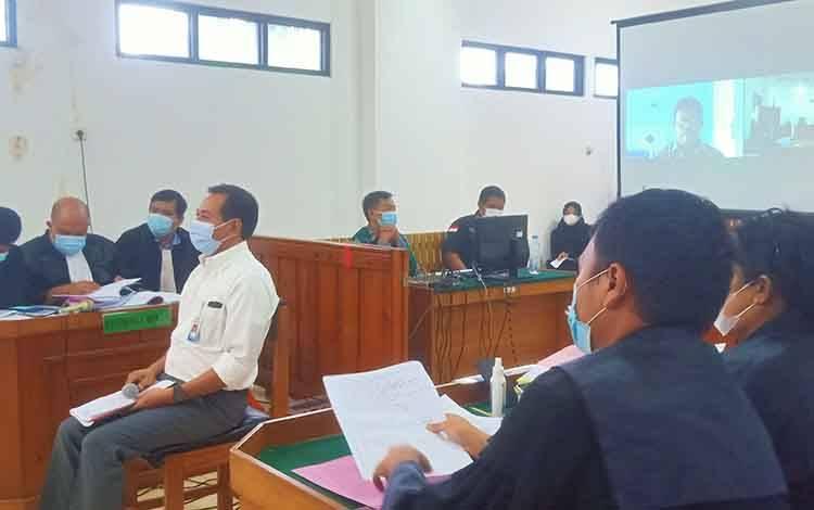 Saksi Ahli dari Audit BPKP Perwakilan Kalteng saat dihadirkan oleh JPU dalam sidang dugaan korupsi Penyertaan Modal PDAM Kabupaten Kapuas.
