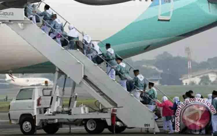 Calon jamaah haji menaiki pesawat