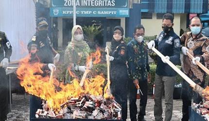 Pemusnahan rokok, liquid vape ilegal, dan MMEA di Bea Cukai Sampit.