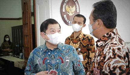 Menteri Kelautan dan Perikanan Sakti Wahyu Trenggono (kanan) berbincang dengan Menteri PPN/Kepala Bappenas Suharso Monoarfa. ANTARA/HO-KKP.