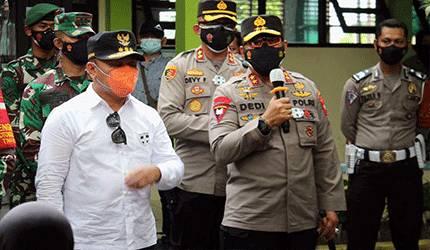 Kapolda Kalteng, Irjen Dedi Prasetyo bersama Gubernur Kalteng, H Sugianto Sabran ketika melakukan peninjauan vaksinasi, Kamis, 10 Januari 2021.