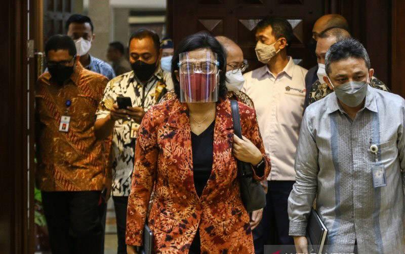 Menteri Keuangan Sri Mulyani Indrawati (tengah) berjalan memasuki ruangan saat akan mengikuti rapat kerja bersama Komisi XI DPR di Kompleks Parlemen, Senayan, Jakarta, Kamis (10/6/2021). Rapat tersebut membahas pagu indikatif Kementerian Keuangan dalam RAPBN 2022. (foto : ANTARA FOTO/Rivan Awal Lingga/pras.)