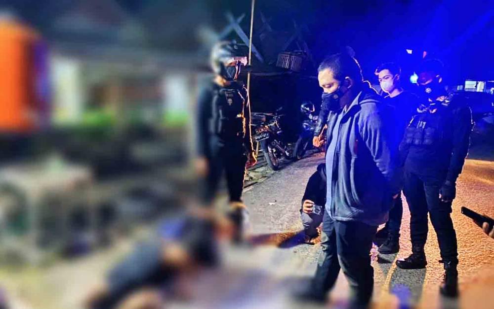 Wadir Ditsamapta Polda Kalteng, AKBP Timbul RK Siregar saat menginterogasi kedua remaja yang menabrak polisi, Jumat dini hari, 11 Juni 2021.