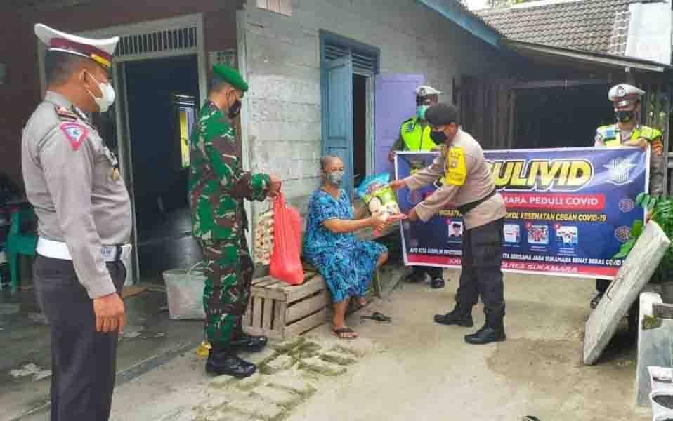 Satlantas Polres Sukamara menyerahkan bantuan paket sembako kepada perwakilan