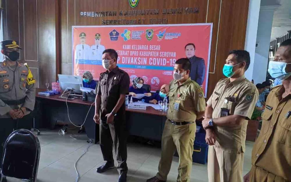 Wakil Ketua I DPRD Seruyan Bambang Yantoko saat memantau pelaksanaan vaksinasi Covid-19