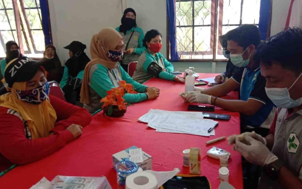 Pelayanan cek kesehatan kepada warga di kantor Kecamatan Kapuas Kuala, Jumat 11 Juni 2021