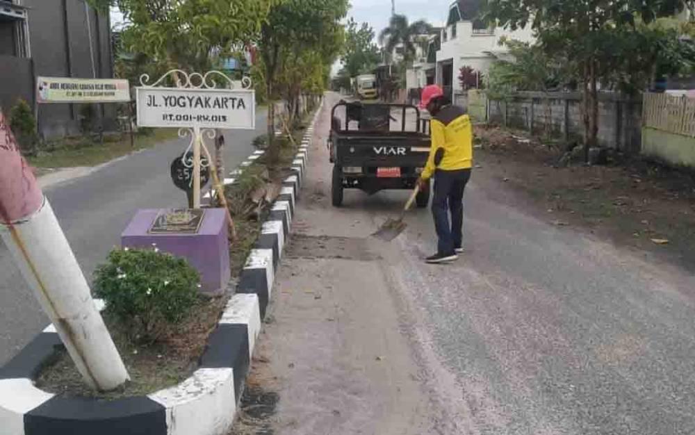 Petugas Diperkimtan Palangka Raya melakukan perawatan di median jalan Yogyakarta