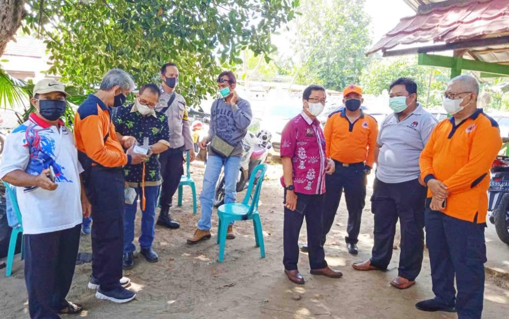 Sekda Barito Timur Panahan Moetar (batik maron) bersama Kepala Pelaksana BPBD Damkar saat memantau vaksinasi covid-19 massal bagi lansia di Puskesmas Tamiang Layang