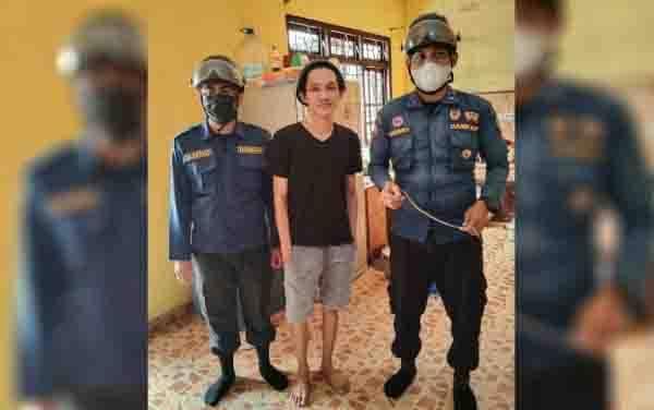Petugas Disdamkarmat Kotim bersama warga yang melapor rumahnya dimasuki ular lidi, di Jalan Manggis 2, Kelurahan MB Hilir, Kecamatan MB Ketapang
