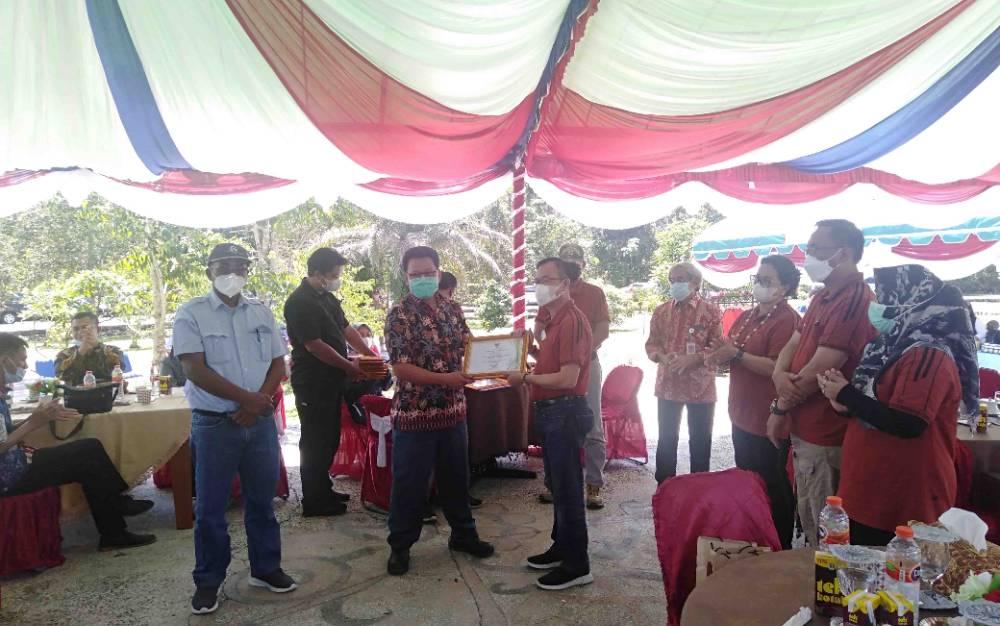 Kepala Dinas Penanaman Modal dan PTSP Kabupaten Katingan, Karya Darma memberikan izin usaha kepada pelaku UMKM