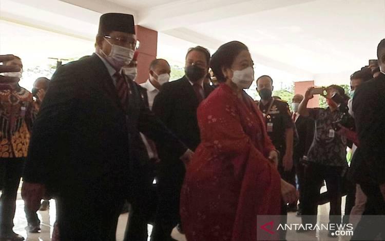 Menteri Pertahanan, Prabowo Subianto mendampingi Presiden kelima RI, Megawati Soekarnoputri ke sidang senat terbuka di Universitas Pertahanan RI, Jumat (11/6/2021). (ANTARA/M Fikri Setiawan)
