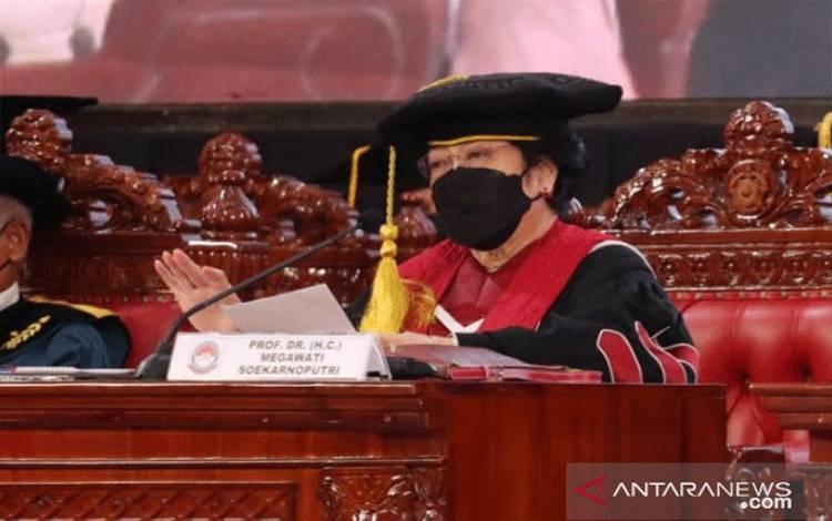 Presiden Kelima RI Megawati Soekarnoputri saat memberikan orasi ilmiah usai dikukuhkan mendapatkan gelar profesor kehormatan (Guru Besar Tidak Tetap) dari Unhan, di Kampus Unhan, Sentul, Bogor, Jawa Barat, Jumat (11-6-2021). (ANTARA/HO-PDIP)